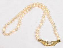 A cultured pearl necklace with 9ct gold clasp