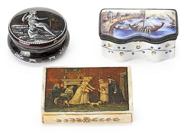 Tres cajitas de rapé francesas e inglesa en cobre esmaltado y marfil pintado, de los siglos XVIII y XIX