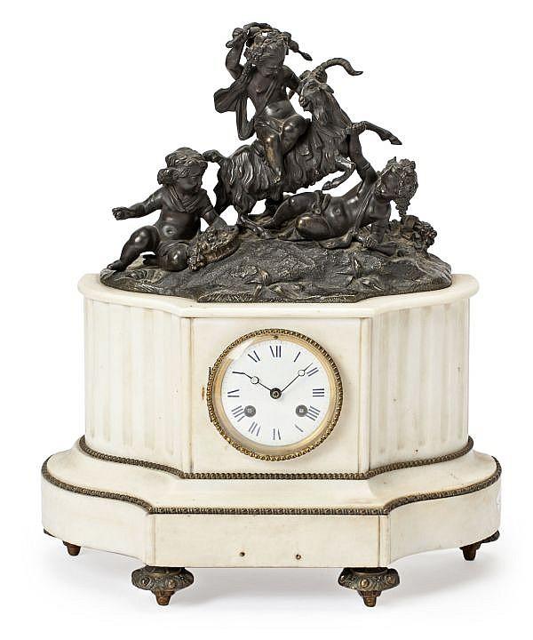 Reloj de sobremesa francés en mármol blanco y bronce pavonado, de las últimas décadas del siglo XIX