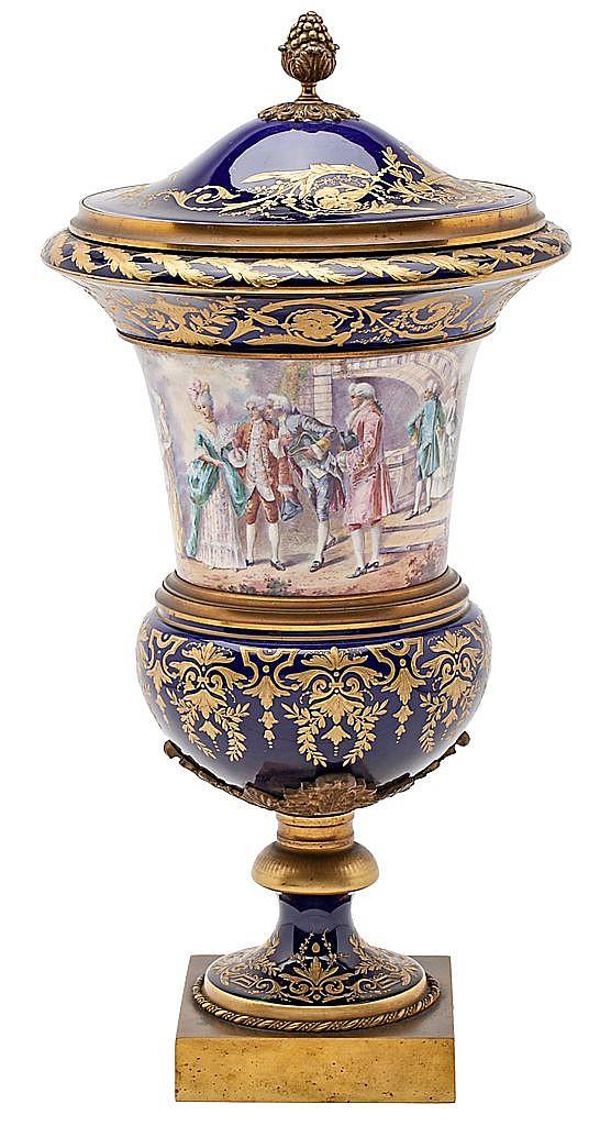 Jarrón con tapa francés en porcelana de Sèvres con montura en bronce dorado, de finales del siglo XIX-principios del siglo XX