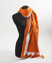 HERMES Paris made in France    Paréo en voile de coton orange avec un liseret blanc. Bon état.