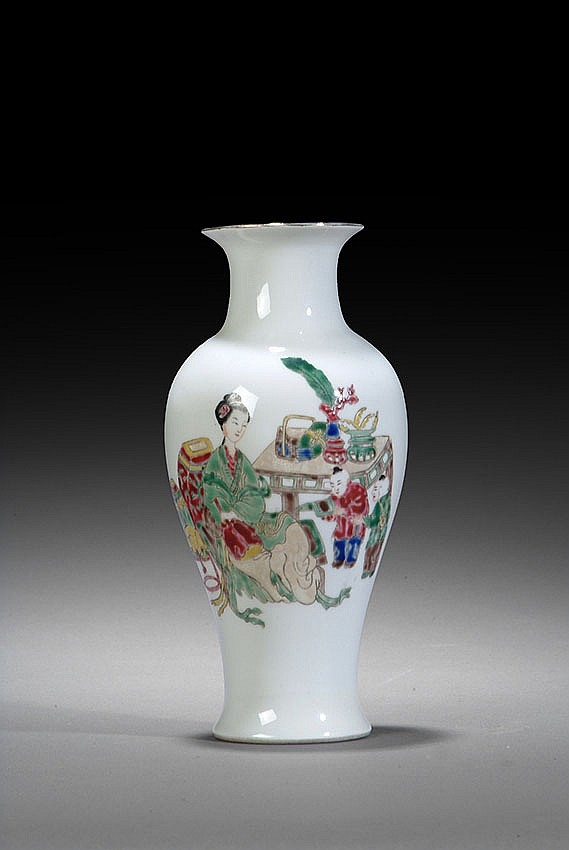A 'FAMILLE ROSE' DECORATED VASE WITH A FAIR LADY AND CHILD.