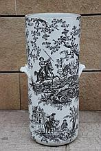Porte parapluie en porcelaine de Paris , décor de scène de chasse  H : 57 cm