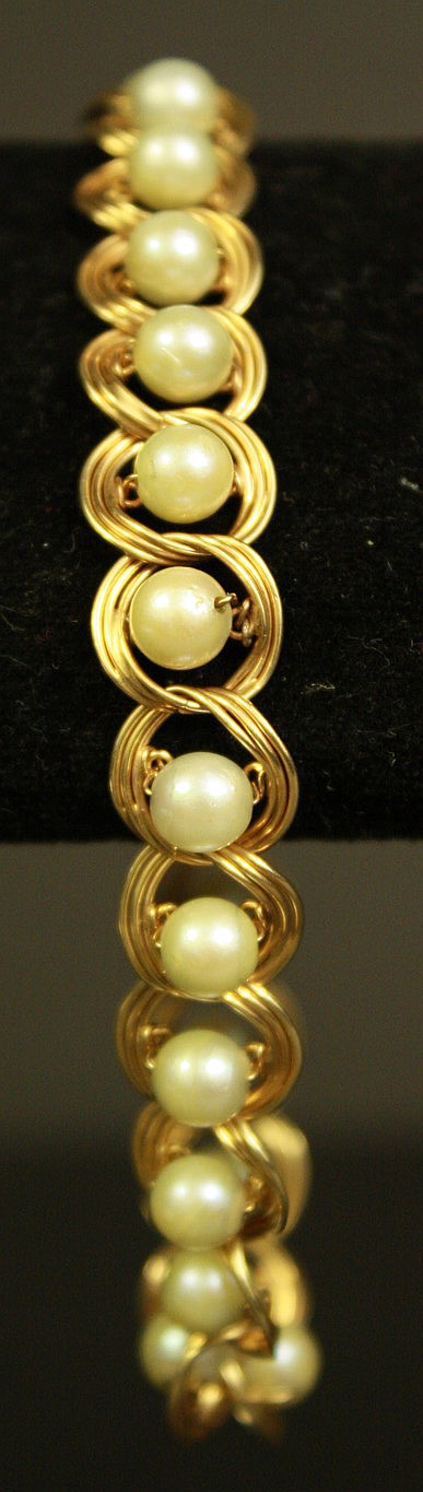 GOLD AND PEARL BRACELET.  16.4g.