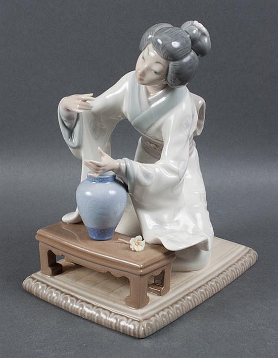 Lladro porcelain Geisha arranging flowers