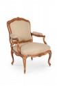 Paire de fauteuils à châssis à dossier plat en hêtre naturel mouluré et sculpté de fleurs. Les dossiers sont flanqués aux épaulements d'agrafes de fleurs et feuilles, les consoles d'accotoirs en coup de fouet, la ceinture mouvementée, sculptée de