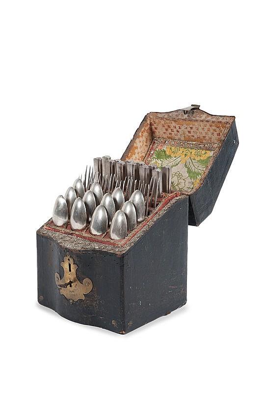 Coffret en cuir et laitonIl contient une ménagère de 36 couverts en argent.Poids : 2624 g.
