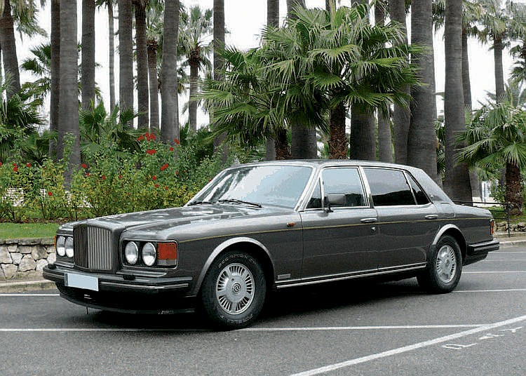 Bentley Mulsanne S - 1992 Numéro de châssis : #SCBZN02AXMCX35915 En 1980, c'en est fini chez Bentley des dénominations des modèles de la marque au moyen d'une lettre de l'alphabet. Après les Bentley R, S et T, il ne fut donc point question de U, mais