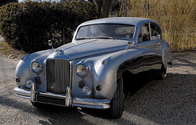 Jaguar Mark IX - 1959 Numéro de châssis : #773445BW Esthétiquement, la nouvelle Jaguar Mark IX présentée en 1958 ne révolutionnait pas le concept de la berline de sport cher à la marque de Coventry et conservait le style inauguré sur la Mark VII huit