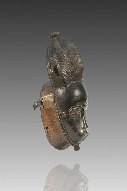 Masque portrait MBLO BAOULÉ, Côte d'Ivoire. Masque de festivités, accompagné de masques animaliers ou humains. Ils dansent après les récoltes, à l'occasion des «Festivals du Mérite», des funérailles, pour commémorer les ancêtres, mais le plus souvent