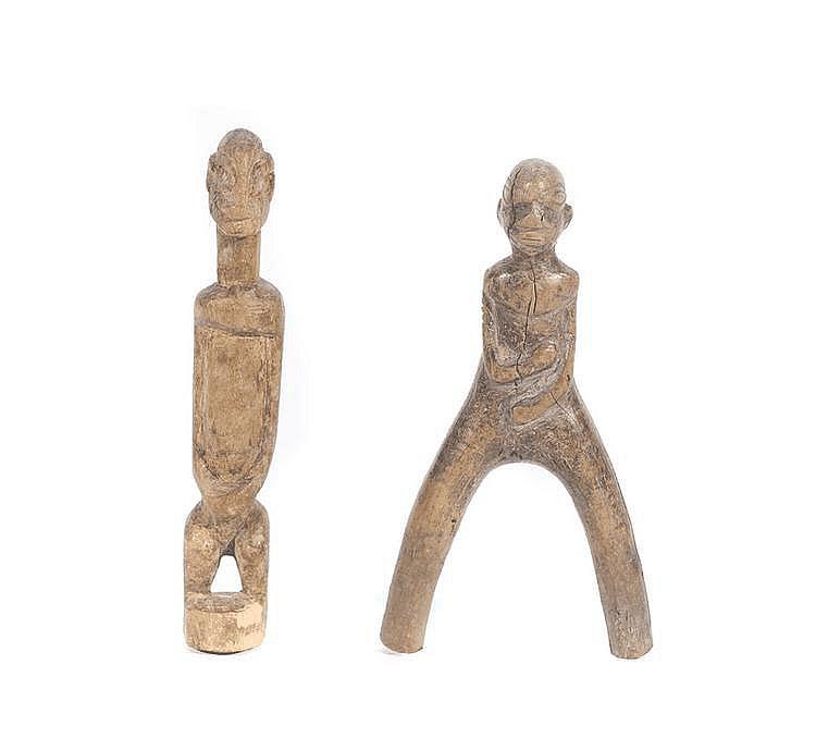 Lance pierre  Nigéria.  Surmonté d'un personnage croisant les bras.  Bois à ancienne patine naturelle.  H. : 17,5 cm.