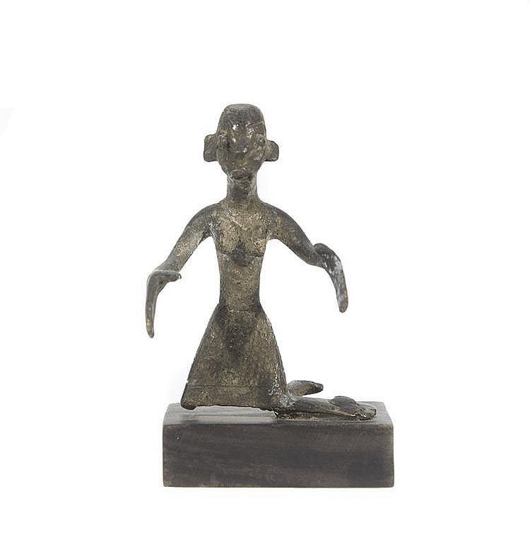 Personnage féminin Cameroun? Alliage de bronze. H.: 7,5 cm.