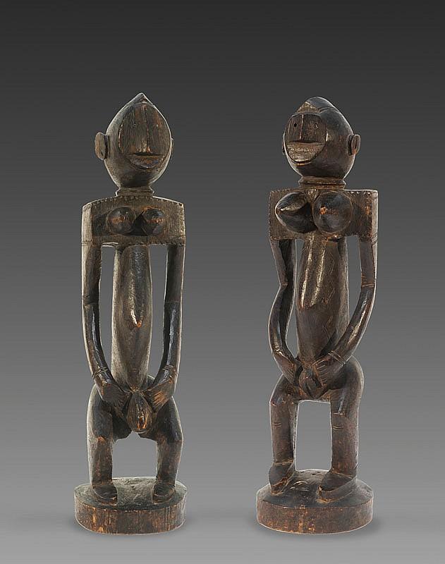 Couple de personnages BAMBARA, njo nyéléni, Mali. Utilisées lors des initiations septennales ces statuettes étaient portées de village en village par les initiés. H. : 54 et 55 cm. Ancienne étiquette d'exposition. Exceptionnelle paire de statuettes