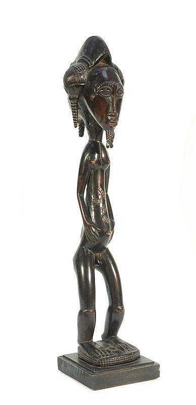 Statuette Blolo Bian  BAOULÉ, Côte d'Ivoire.  Représentation d'un ancêtre masculin. Belle coiffure élaborée.  Bois à patine noire brillante.  H. : 49 cm.