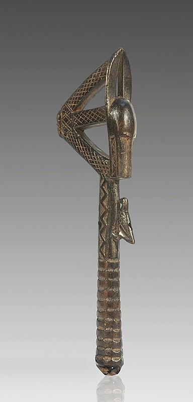Ensemble de trois marteaux BAOULÉ, Côte d'Ivoire. Ornés d'une tête de buffle. Bois à patine brun clair. H.: 28 et 30 cm. (on y joint un gong en fer).