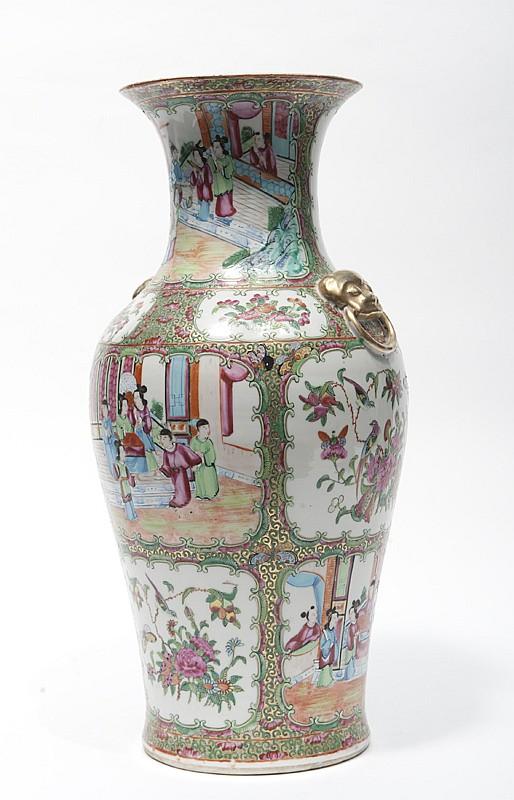 Paire de vases en porcelaine de Canton Chine, fin du XIXe siècle. De forme balustre, décorés de panneaux alternant scènes de personnages, oiseaux et fleurs, sur fond doré et orné de papillon et rinceaux. Deux anses en relief en forme de masques