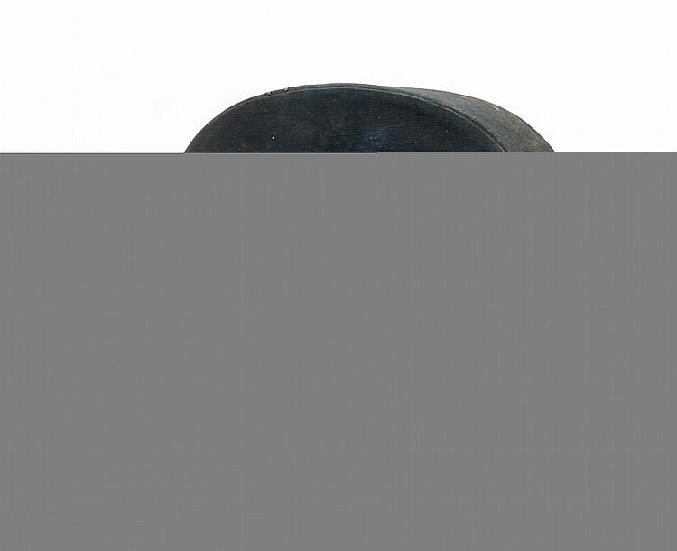 Deux chapeaux de mandarin et leur coffret  L'un en feutre et fil de soie rouge, l'autre en soie noire.  D. : 19 cm. environ.