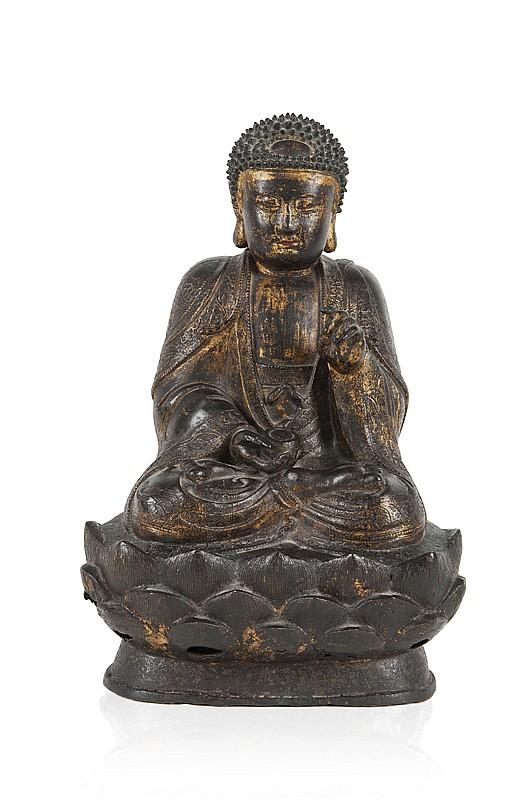 Statuette de Bouddha en bronze laqué or Chine, époque Ming, XVIIème siècle. Représenté assis en padmasana sur une base lotiforme, une main relevée, l'autre tenant le bol à eau sacré, vêtu d'une robe monastique aux bordures ciselées de motifs floraux,