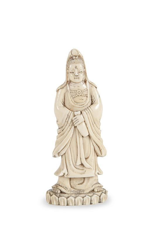 Petite statuette de Guanyin en ivoire sculpté  Debout sur un socle lotiforme, tenant un vase dans  sa main gauche. Chine, fin du XIXème siècle.  H. : 9 cm.
