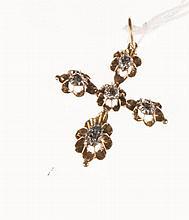 Croix en or jaune et argent sertie d'éclats de diamants.