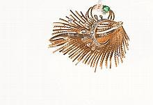 Broche en or jaune et or gris figurant un buisson sertie   d'une émeraude ronde et de petits diamants taillés en huithuit