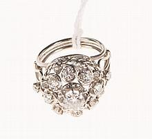 Bague rosace en platine et or gris sertie de diamants taillés   en brillant, à l'ancienne, et en rose.