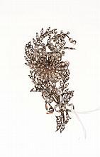 Broche «trembleuse» en argent et or jaune stylisée d'un   branche d'églantine sertie de diamants taillés à l'ancienne