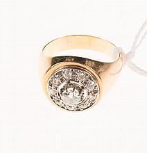 Bague en or jaune et platine de forme rosace sertie de diamants   taillés à l'ancienne.