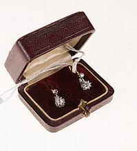 Paire de dormeuses en or jaune et or gris sertie de petits   diamants taillés à l'ancienne et en rose.