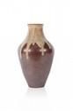 Auguste DELAHERCHE (1857-1940) Vase de forme pansue en grès à décor de coulure beige sur fond marron. Signé. H. : 27 cm.