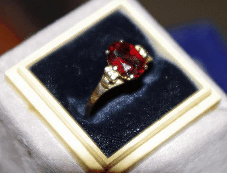 18ct yellow gold and garnet set ring