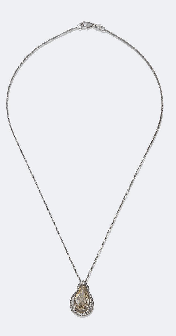 CHAINE d'or gris, portant un diamant taille poire, 4 carats (Fancy Yellow VVS2) dans deux rangs de diamants roses naturels. Poids : 5,18 g brut