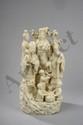 Groupe illustrant les dieux du bonheur entouré d'enfants. Porcelaine blanc de chine de Dehua. Province du Fujuan. Chine. Dynastie Qing.  Ht 43x20x20cm.