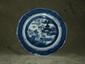 Assiette octogonale Compagnie des Indes en porcelaine blanche décorée en bleu cobalt sous couverte d'un village lacustre. Chine. Dynastie Qing.18 ème siècle. 19 cm. Petites egrenures.