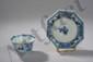 Sorbet et son présentoir de forme octogonale en porcelaine blanche décorée en bleu cobalt sous couverte de motifs floraux et personnages en réserve. Chine. Dynastie Ming. 1368 à 1644. Diam 11 cm, tasse: 7 cm, H: 4,5 cm
