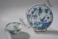 Sorbet et son présentoir en porcelaine blanche décorée en bleu cobalt sous couverte de faisans et volatiles dans un décor de bouquets fleuris. Chine. Dynastie Ming. 1368 à 1644. Provenant de la cargaison naufrage du Ca Mau- Binh Thuan. Présentoir :