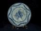 Assiette  de la compagnie des Indes en porcelaine blanche décorée en bleu cobalt sous couverte de bouquets et guirlandes fleuris . Chine. Dynastie Qing. Période Qian Long.1736 à 1795. 18 ème Diam 23cm.