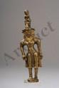Shadakshari lokeshvara debout en abanga (légère flexion) sur un petit tertre circulaire vêtu d'un dhoti, paré comme un prince, de bijoux et diadème à large pétale centrale surmonté d'une importante image du bouddha de la lumière infini Amitabha. Sur