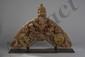 Torana, mandorle de divinité faisant partie intégrante d'une architecture de pagode finement ouvragé en haut relief d'un garuda ailes déployées reposant sur un ganesh en lalitasana surmonté d'un stupa et flanqué de deux Naginis et de deux apsaras sur
