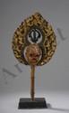 Katvanga, attribut tantrique de divinité terminé par un crane du squelette sitipati surmonté d'un vajra et auréolé d'un nimbe flammé. Cet accessoire magique utilisé pour chasser les démons est le symbole de l'impermanence sur terre. Bois polychrome.