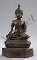 Buddha Maravijaya assis en virasana sur un socle lotiforme étagée, les mains en bumishparshamudra et dhyanamudra vêtu de sa robe monastique utarasanga le visage aux paupières mi closes préconisant le regard à l'intérieur de soi la coiffure aux fines