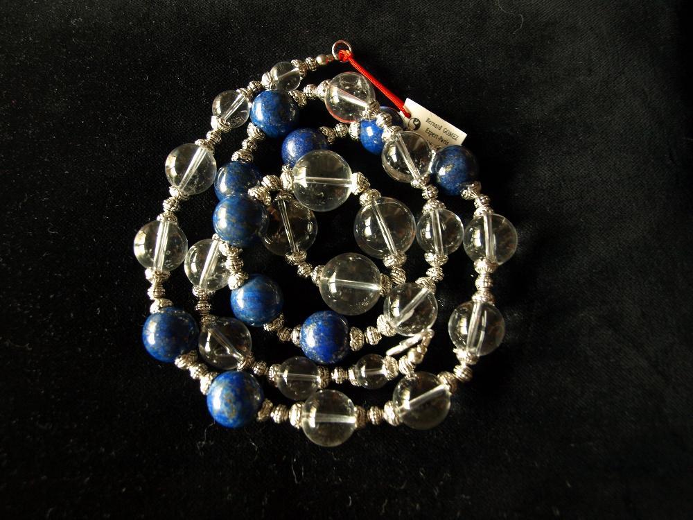 Collier ethnographique recomposé selon la tradition de perles de lapis-lazuli et cristal de roche séparée par des perles de métal argenté. Rajasthan. Inde.