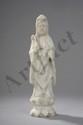 Figuration de Kwan Yin vêtu de la robe monastique. Pierre dure blanche. Chine.  Ht 28 cm.