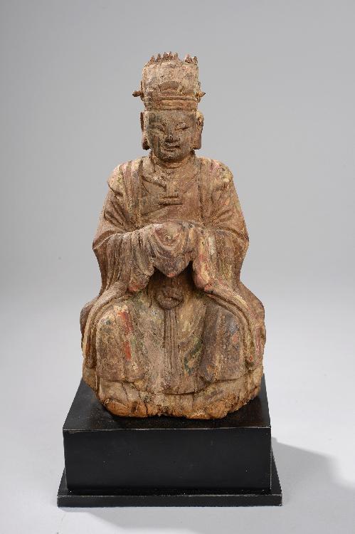 Wenzhang, patron des lettrés assis sur un trône vêtu d'une longue robe de dignitaire nouée sur la poitrine retombant sur ses pieds et couvert d'une longue cape, ses mains croisées sous ses manches faisant le geste de tenir la tablette. Bois d'orme à