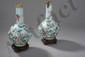 Paire de flacons globulaire à col droit en émaux de Pékin décoré aux pigments polychromes sur fond bleu pale de branches fleuris et grappes de fruits et d'une frise de champignon de longévité. Chine. Dynastie Qing. 19 ème siècle. Ht 23,5cmx3,5cm.