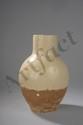 Flacon globulaire à fond plat et col cylindrique en terre cuite à couverte blanc crémeux émaillé aux trois quart. Chine. Dynastie Tang. 618 à 907. 22,5xdiam au col 7,5cm.