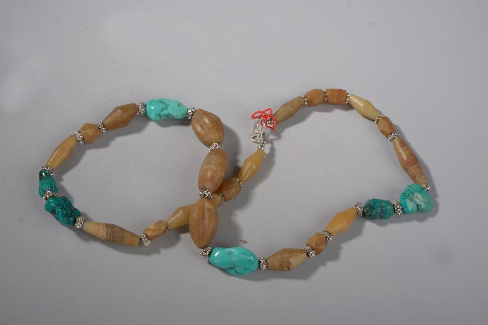 Collier ethnographique recomposé selon la tradition de perles de turquoises, d'agate et métal argenté. Ladakh.