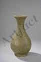 Vase du Longquan de forme Yuhuchuping en épaisse porcelaine incisée sous couverte monochrome céladon finement craquelé. Chine. Dynastie Ming. 1368 à 1644 . Ht 25,5cm. Accident au col.
