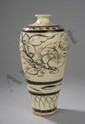 Vase meipïng Cizhu en grès porcelaineux décoré en ocre brun sur couverte monochrome beige de bouquets florales de pivoines épanouies et frises géométriques. Chine. Dynastie Yuan. 1271 à 1368. 27,4cmx4,5cm.