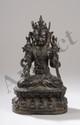 Bouddha assis en vajrasana sur un double socle lotiforme, vêtu de la robe monastique utarasanga, paré de joyaux, pectoraux et diadème, les mains marquants les gestes de Varadamudra et Virtakamudra, symbolisant l'enseignement de la loi Bouddhique.